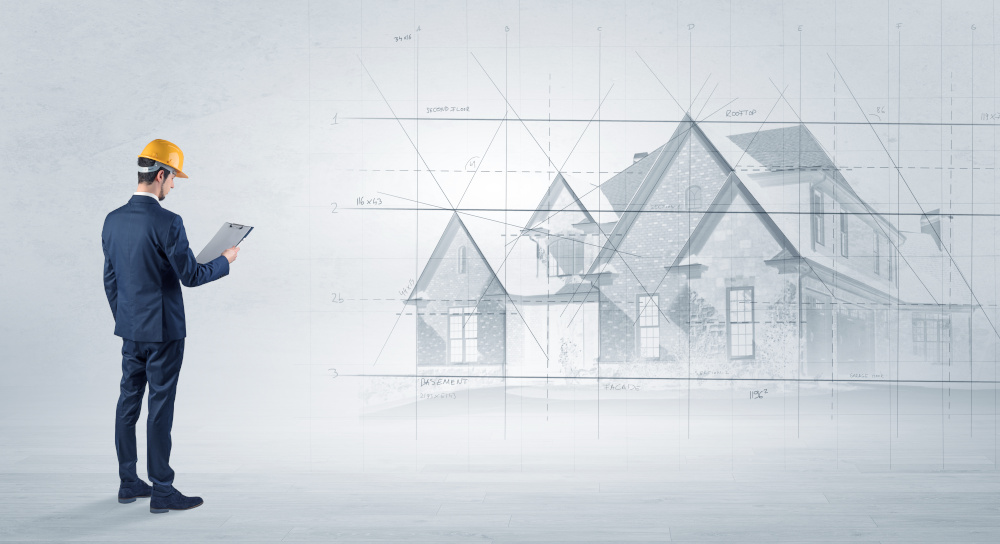architekt stojacy nad projektem domu