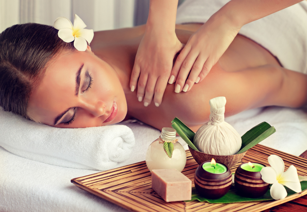 kobieta jest masowana przez masażystę