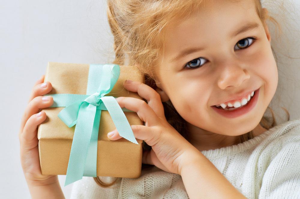 dziewczyznka trzymająca prezent